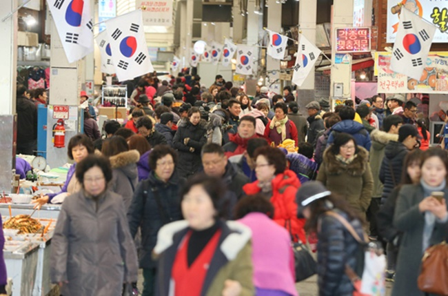 Data from the Bank of Korea revealed on Wednesday that South Koreans spent nearly 317.2 trillion won on food, non-alcohol drinks, rent, utility bills, home maintenance and health care last year, four categories of household spending known as 'essential spending.' (Image: Yonhap)