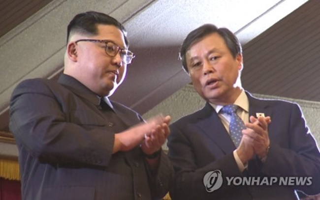 South Korean Minister of Culture, Sports and Tourism Do Jong-whan (R) talks with North Korean leader Kim Jong-un during a performance in Pyongyang by a South Korean art troupe on April 1, 2018. (Image: Yonhap)