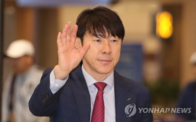 In this file photo taken March 29, 2018, South Korea national football team head coach Shin Tae-yong waves to fans at Incheon International Airport, west of Seoul. (Image: Yonhap)