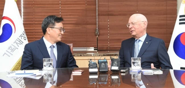 Finance Minister Kim Dong-yeon (L) holds a meeting with Klaus Schwab, founder and executive chairman of the World Economic Forum (WEF), in Seoul, on April 10, 2018. (Image: Yonhap)