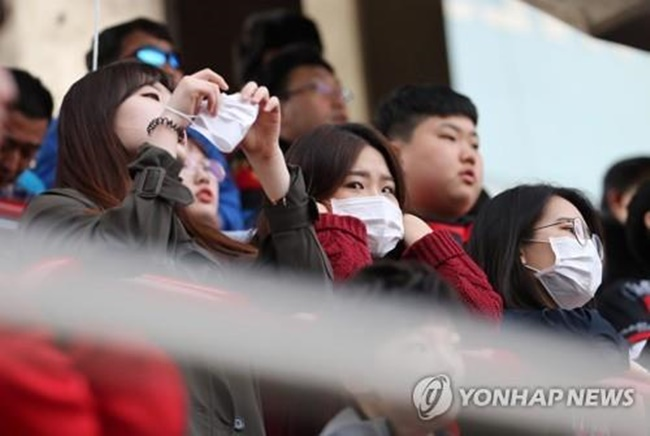 In this photo taken April 15, 2018, South Korean football fans wearing masks watch the K League 1 match between Pohang Steelers and Gyeongnam FC at Steel Yard in Pohang, North Gyeongsang Province. (Image: Yonhap)