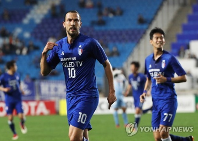 In this file photo taken on April 3, 2018, Suwon Samsung Bluewings striker Dejan Damjanovic (L) celebrates after scoring a goal against Sydney FC in their AFC Champions League Group H match at Suwon World Cup Stadium in Suwon, Gyeonggi Province, (Image: Yonhap)