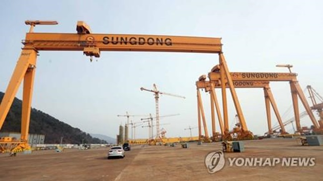 This photo shows the Sungdong Shipbuilding yard in Tongyeong. (Image: Yonhap)