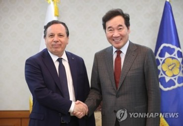 PM Meets with Tunisian FM, Discusses Ways to Enhance Substantial Cooperation