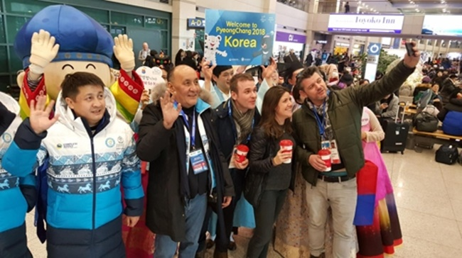 In this file photo provided by the Korea Tourism Organization and taken on Feb. 1, 2018, foreigners pose for a photo at Incheon International Airport, west of Seoul. (Image: Yonhap)