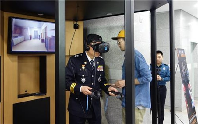The Gyeonggi provincial government and the Gyeonggi Bukbu Provincial Police Agency held a test event for the agency's VR-based training program 'Police Line' at the main building of the Gyeonggi Bukbu Provincial Police Agency on Thursday. (Image: the Gyeonggi Provincial government)
