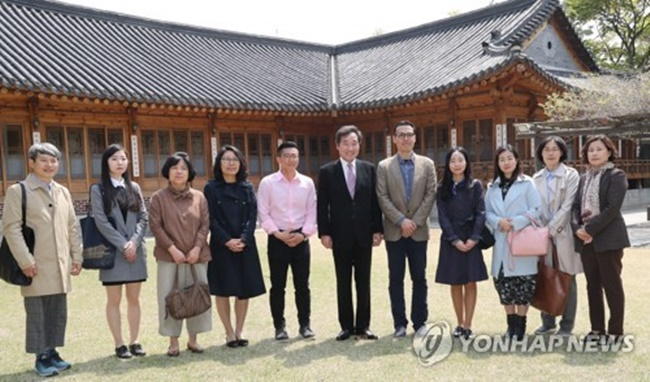 During the meeting with the guides from the main palaces and Jongmyo Shrine, Lee personally thanked them for their work and said guides play a significant role in helping visitors recognize the true value of historic sites. (Image: Yonhap)