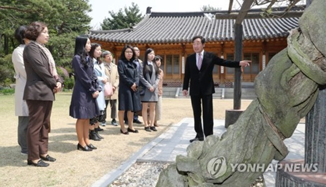 Prime Minister Lee Nak-yeon invited a number of tour guides to his office on Thursday and discussed a number of issues facing historic sites in Seoul. (Image: Yonhap)