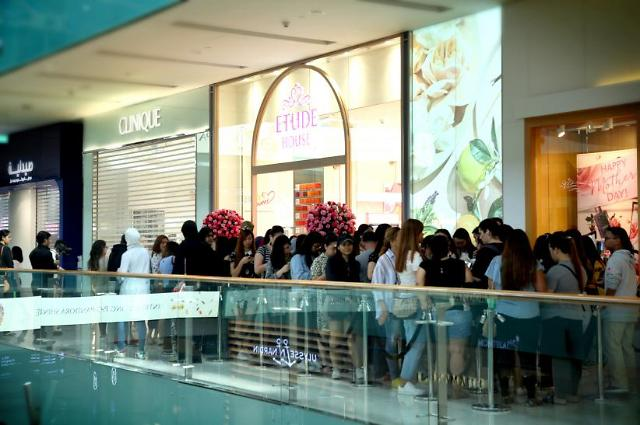 Consumers wait in line to enter its first Etude House store in the Middle East in Dubai. (image: Etude Corp.)