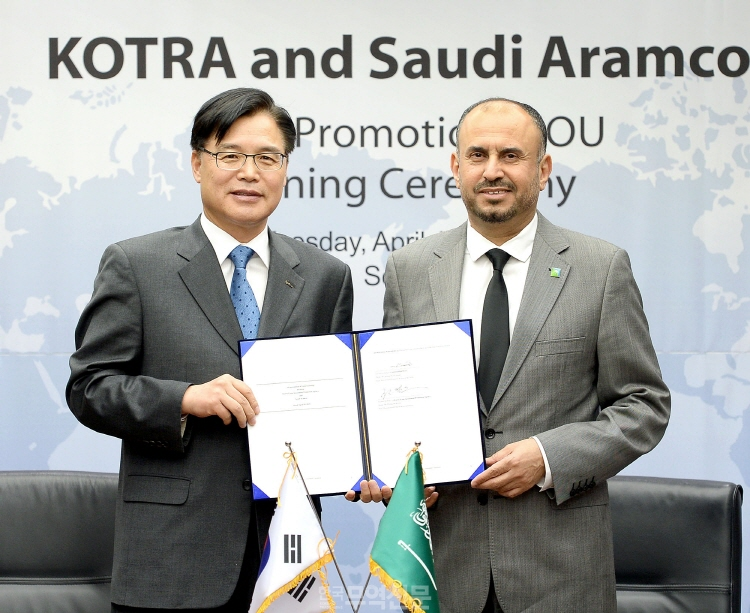 KOTRA President Kwon Pyung-oh (L) attends a ceremony to sign an MOU with Ahmad A. Al Sa'adi, senior vice president of Technical Services at Saudi Aramco, at KOTRA's headquarters in southern Seoul on April 10, 2018. (image: KOTRA)