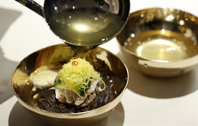 A variety of symbolic dishes were served at the dinner after the leaders of South and North Korea hold their first summit on the southern side of the border on Friday. Cold noodles from a famous Pyongyang restaurant 'Okryugwan' was one of them. (image: Yonhap)