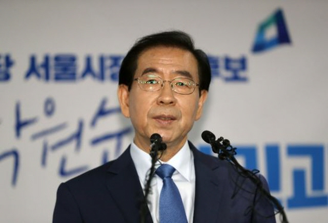 Seoul Mayor Park Won-soon declares his bid for a third term, in the June local elections, during a press conference at the ruling Democratic Party's headquarters in Seoul on April 12, 2018. (image: Yonhap)