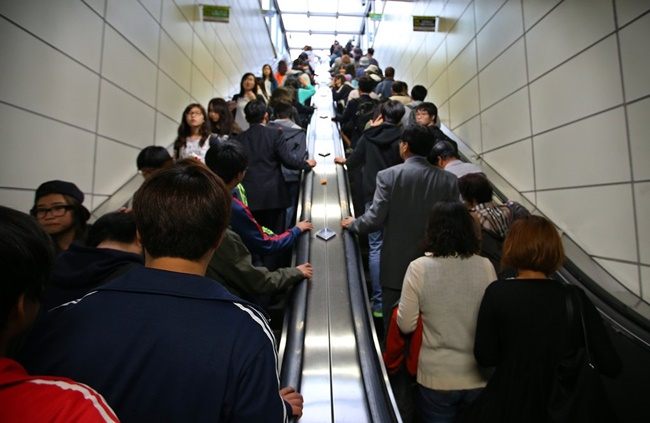 The state-owned transport company said on Tuesday that the average time spent fixing an escalator dropped from 56 minutes to 37 minutes, down 37 percent, after the adoption of IoT technology for 100 escalators installed at 12 stations on Line 7. (Image: Yonhap)