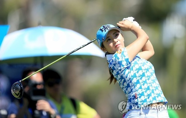 Despite there being three times as many male golfers, women's golf apparel sales were nearly twice as high as men's in volume, according to data released from Shinsegae Mall on Sunday. (Image: Yonhap)