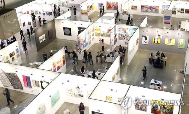 The South Korean government has revealed plans to ensure workers' rights and improve working conditions in the art industry. (Image: Yonhap)
