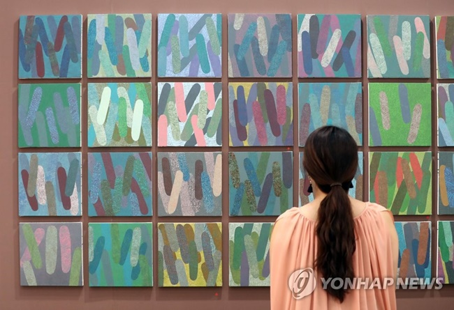 During a press conference on Monday, the Ministry of Culture, Sports and Tourism announced it will pass legislation requiring standard form contracts between artists and art galleries, and make sure that proceeds from the resale of paintings in part go towards artists. (Image: Yonhap)