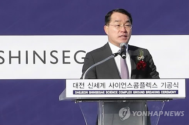 Jang received 1.59 billion won (US$1.49 million), with the total breaking down to 929 million won in salary and 669 million won in bonuses. (Image: Yonhap)