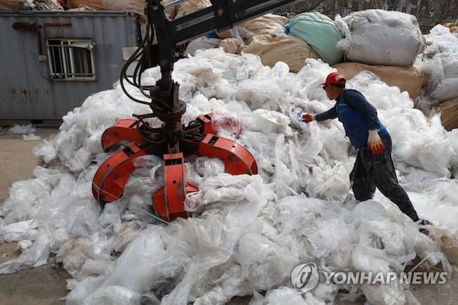 "China's refusal to be the ""world's garbage dump"" by banning imports of various plastics and other waste materials that went into effect in January has left ordinary South Koreans feeling a swirl of emotions as the country's authorities scramble to figure out how to dispose of plastic bags and other recyclables. (Image: Yonhap)"