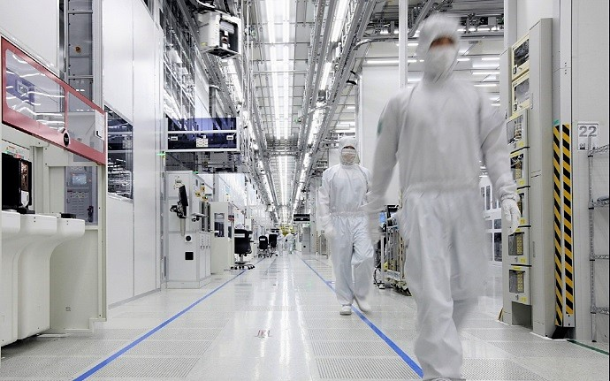 Employees of Samsung Electronics Co. check equipment of the clean room of its semiconductor production facility. (image: Samsung Electronics)