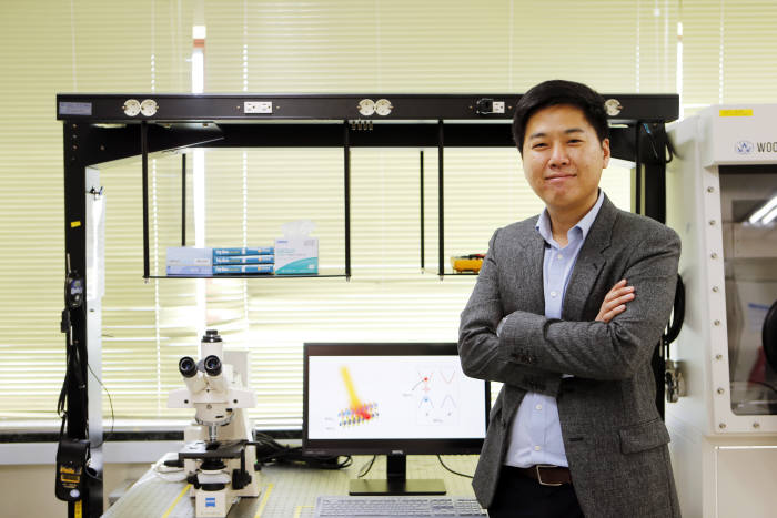 POSTECH Professor Kim Jong-hwan claims that the new discovery will enable valley currents to be created effectively and distributed afar. (image: POSTECH)