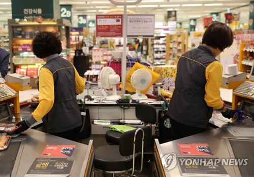 Cashiers at a supermarket chain in eastern Seoul. (image: Yonhap)