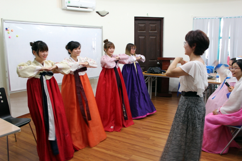 The Korea-Vietnam Cultural Exchange Center was established in 2007 to help educate Vietnamese brides on Korean culture. (image: Korea-Vietnam Cultural Exchange Center)