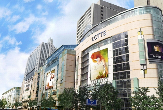 Lotte Corp. said that 12 trillion won has been earmarked for next year, particularly on enhancing the online business in the retail sector and expanding facilities for its chemical business in South Korea, Indonesia and the United States. (image: Lotte Shopping)