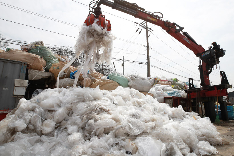 A recycling center in Goyang. (image: Yonhap)