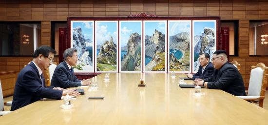Photos and footage of the meeting released by Cheong Wa Dae show that Moon was accompanied by Suh Hoon, the chief of South Korea's National Intelligence Service spy agency. (Image courtesy of Yonhap)