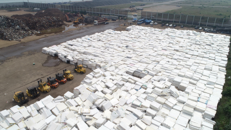 An open-air yard in Dangjin, 120 kilometers south of Seoul, is full of collected mattresses on June 17, 2018. The products sold by Daijin Bed Co. were recently found to release radon, a radioactive gas that can cause lung cancer. (image: Yonhap)