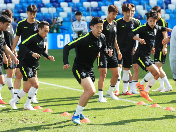 Members of the South Korean men's national football team train at Nizhny Novgorod Stadium in Nizhny Novgorod, Russia, on June 17, 2018, the eve of their first Group F match at the FIFA World Cup against Sweden. (image: Yonhap)