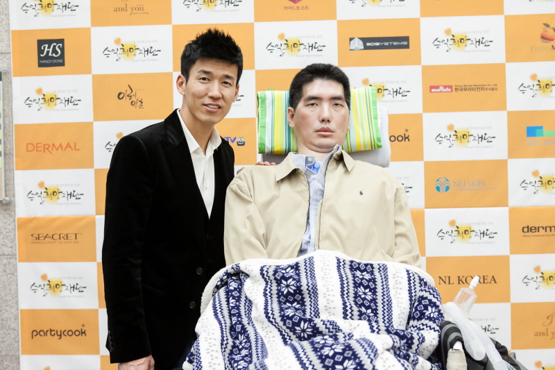 Korean singer Sean(L) and former professional basketball coach Park Seung-il(R) who is a Lou Gehrig's disease patient. (image: Seungil Foundation)