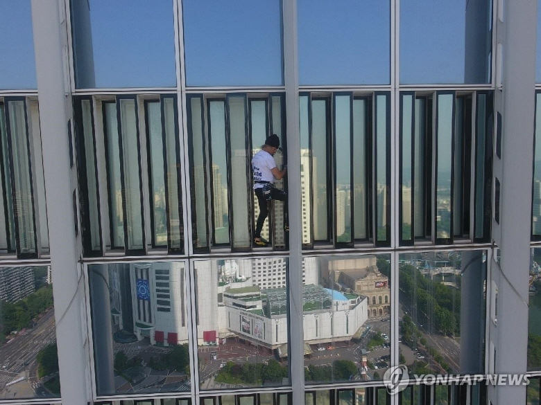 World-renowned French climber Alain Robert climbs the outer wall of Lotte World Tower in southern Seoul on June 6, 2018. (image: Songpa Fire Station)