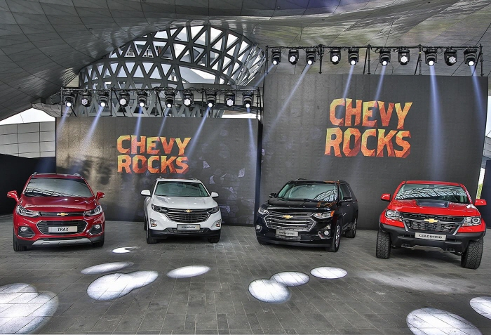 GM Korea's sport utility vehicle lineup composed of the Trax small SUV, the Equinox midsize SUV and the Traverse large-size SUV (from left). The Colorado pickup is also on display on the far right. (image: GM Korea)