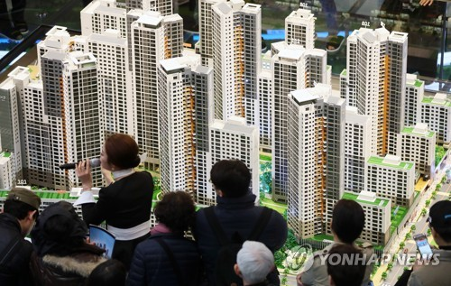 Visitors look at a model of DH Xi Gaepo apartment buildings in southern Seoul. (image: Yonhap)