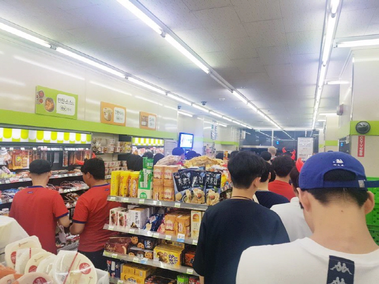 A convenience store in front of Seoul City Hall crowded with shoppers on June 18, 2018, as the national football team launched its World Cup campaign. (image: BGF Retail Co.)