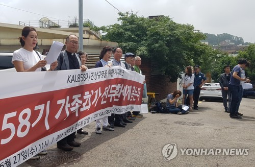 Family members of victims came together yesterday morning to hold a press conference in front of the former president's home in Seoul's Yeonhui-dong neighborhood, denouncing the former leader. (image: Yonhap)