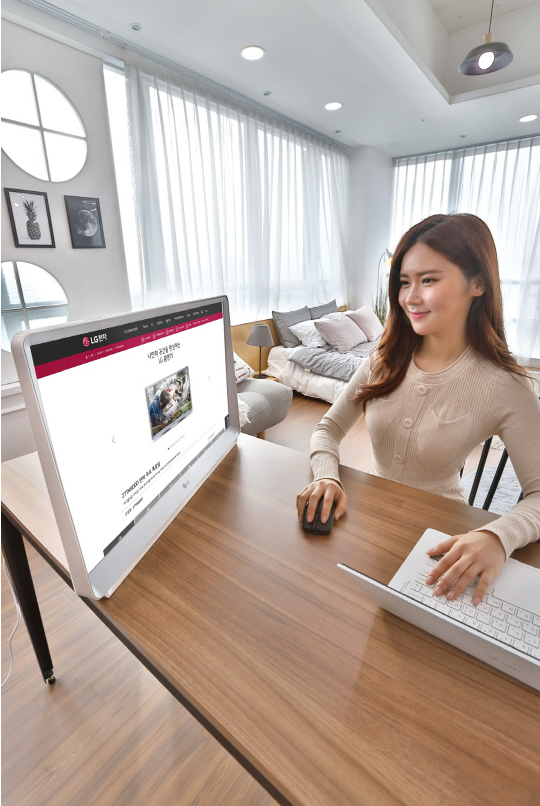 Increasing number of single-person households has made the local businesses come up with custom items fitting into their lifestyle. Room&TV, LG Electronics' recently introduced product should be among them that fuctions as both TV and monitor so as to save space, as well as curb dual spending. (Image courtesy of LG Elecs)