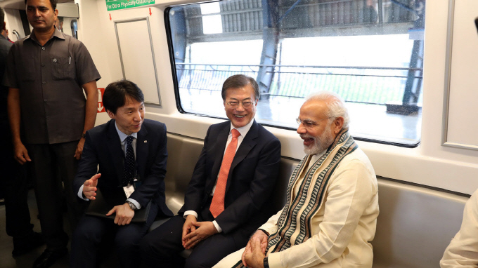 President Moon Takes Subway Ride with Indian PM to Samsung Factory