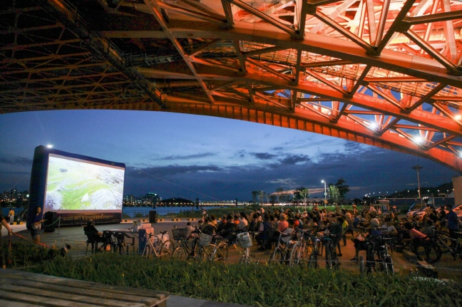 Han River Bridges Host Saturday Night Film Festival