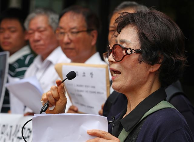 The bereaved family members of the victims of the KAL 858 bombing hold a news conference on their filing of a lawsuit against its culprit Kim Hyun-hui in front of the Seoul Central District Court on July 23, 2018. (image: Yonhap)