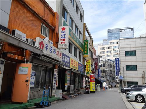 The alley in Euljiro where the cafe Hotel Soosunhwa is located. It is on the fourth floor of the white building on the left. (image: Yonhap)