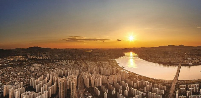 This photo taken from the observation deck of Lotte World Tower, the tallest building in South Korea, shows Seoul's cityscape dotted with apartments. (image: Lotte Group)