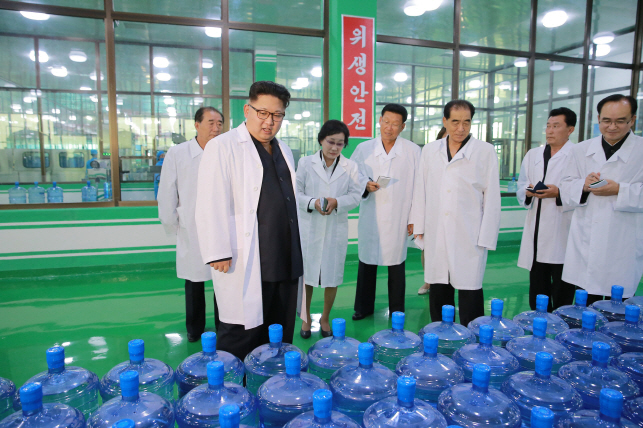 Kim Jong Un touring Ryongaksan Spring Water Factory on Sept. 30, 2016. (image: Yonhap/KCNA)