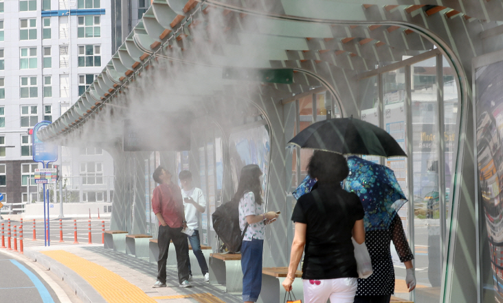 A cooling fog system in a bus stop near Dongdaegu Station in Daegu. (image: Yonhap)