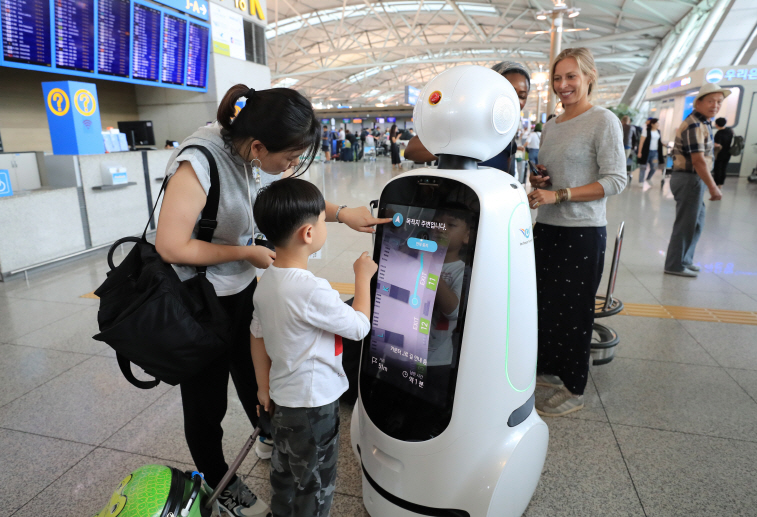 "Incheon Airport Introduces ""AIRSTAR,"" Passenger Aiding Robot"