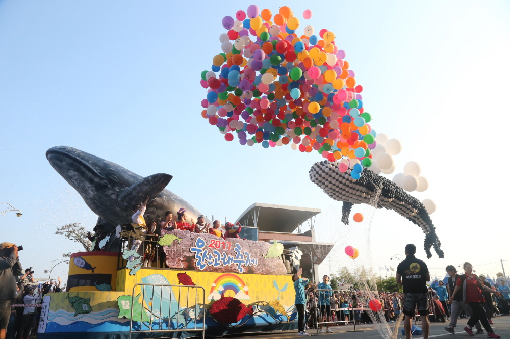 The image shows Ulsan Whale Festival last year that is under criticism of  whale meats were served during the fest. (Image courtesy of Yonhap)