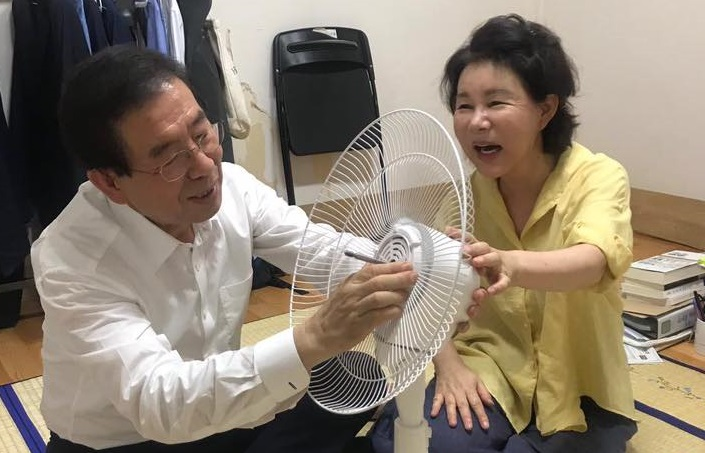 Park and his wife assembling an electric fan from President Moon Jae-in at his temporary rooftop home in Samyang-dong, northern Seoul, on July 27, 2018. (image: Park Won-soon)