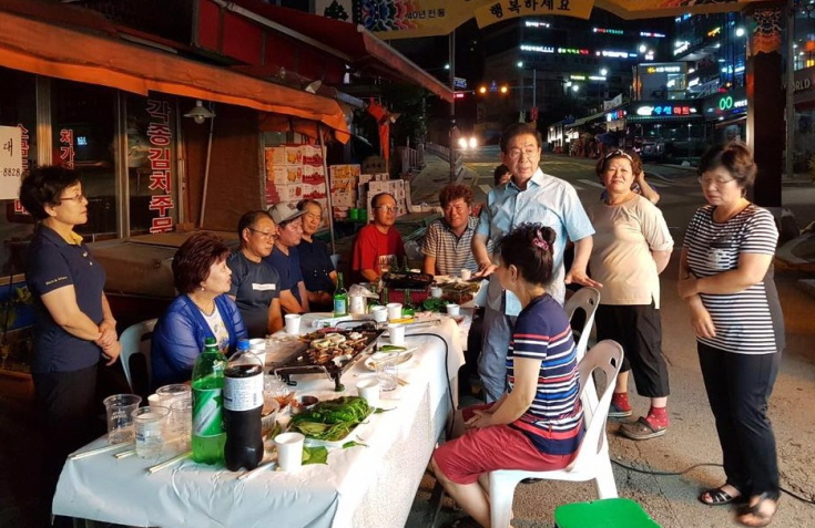 Park having a barbecue party with merchants in a traditional market in Samyang-dong, northern Seoul. (image: Park Won-soon)