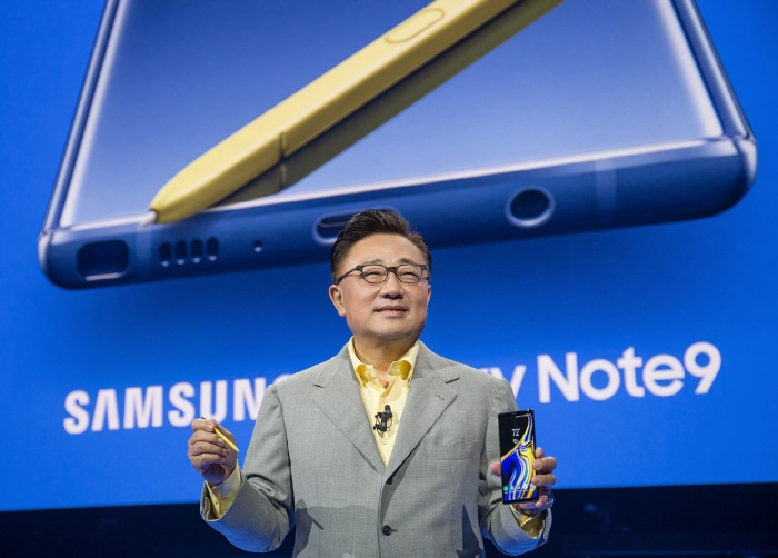 Koh Dong-jin, who heads Samsung's IT and mobile division, introduces the Galaxy Note 9 smartphone in New York on Aug. 9, 2018 (local time). (image: Yonhap)